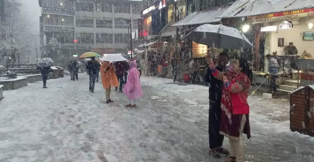 Snowfall at Manali Mall Road