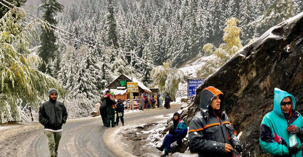 tourists enjoy snow in manali